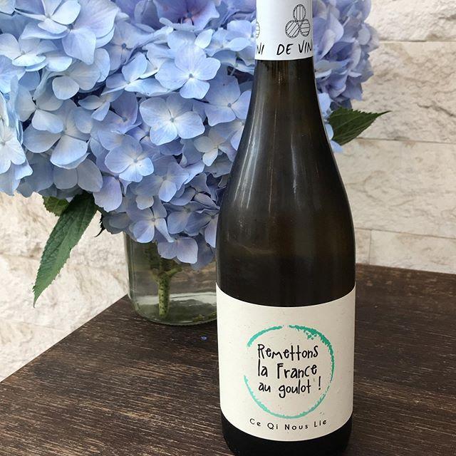 ヴィ二リーヴルのミュスカデこれ美味いよ!ぐびぐびいけます。グラスで開けてます。是非飲んでみて!本日6/20も17時から23時(OS22時)まで通常営業してます。#イルフェソワフ #ワイン#日本酒 #薬院#警固