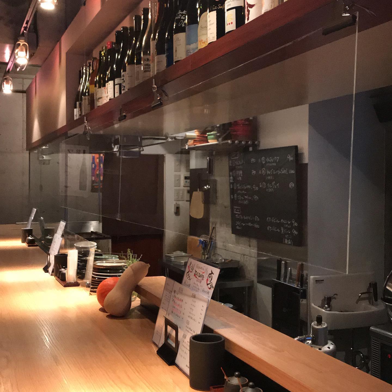 本日8/15も17時より営業しています。見難いですが、カウンター前にアクリル板を吊り下げてみました。皆さまが安心してご来店いただけますように^_^明日8/16はお休みいただきます。#イルフェソワフ #ワイン#日本酒 #薬院#警固#