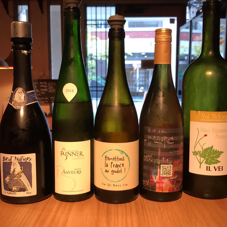 今日8/18も17時より開けてます!あーこんなに暑いときの一杯目はズバリ泡か白ワインでしょうーグラスでいろいろ開けてます。今週もよろしくお願いします。#イルフェソワフ #ワイン#日本酒 #薬院#警固#ビネール#イルヴェイ#共栄堂#イルファルネート#ヴィニリーブル
