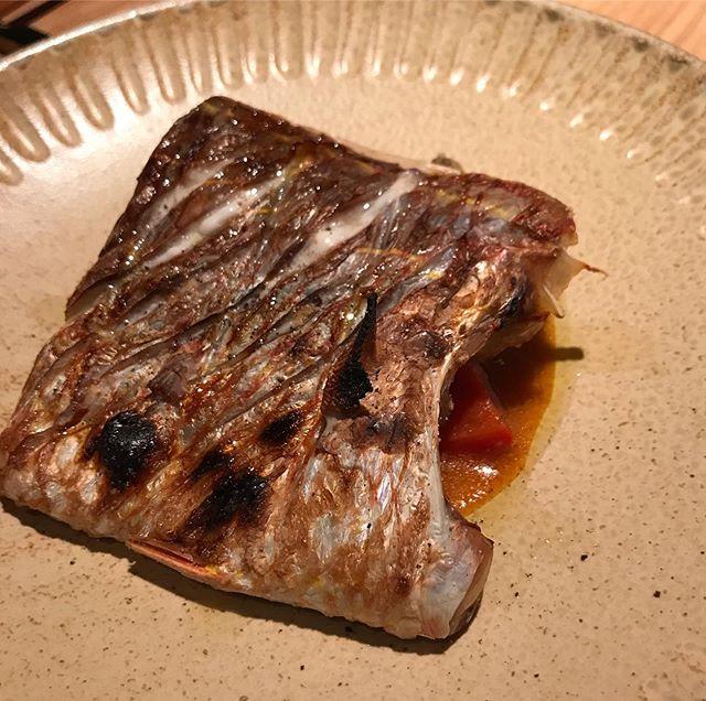 糸島鮮魚の炭火焼き!備長炭でふっくら焼き上げます。シンプルな塩焼きでどうぞ。この日は付け合わせでラタトゥイユを下に敷いてます。お魚はその日によって変わります。#イルフェソワフ #ワイン#日本酒 #薬院#警固
