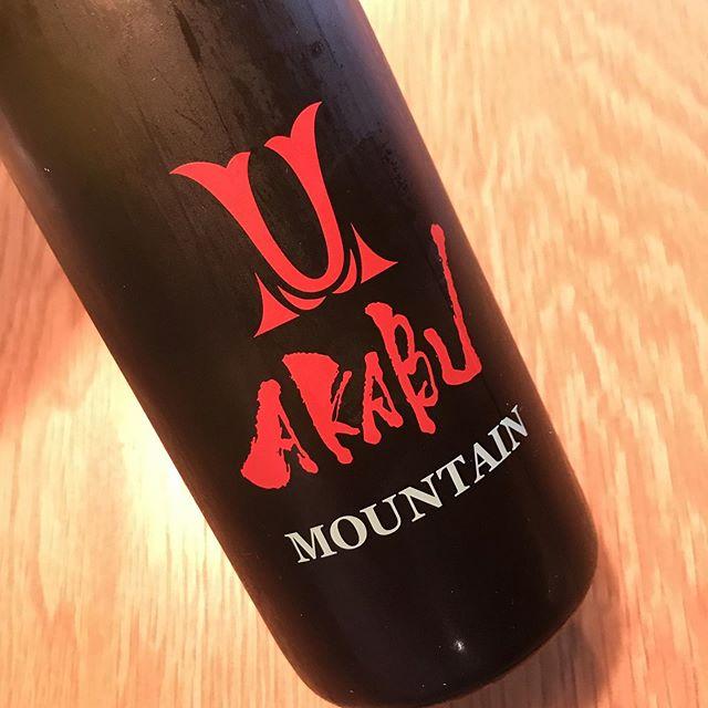 ワインみたいですが日本酒です!岩手の赤武酒造、マウンテン純米。すこーしトロリとした夏向きの癒し系です。今日7/30からグラスで開けてます。#イルフェソワフ #ワイン#日本酒 #薬院#警固