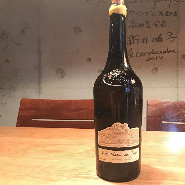 少し風がありますが本日8/14は営業してます。明日8/15は、台風のため臨時休業させていただきます。グラスでこんなんも開けてます。「ドメーヌ・ガヌヴァ@ビュー・マクヴァン・ド・ジュラ」VDL(ヴァン・ド・リクール)という酒精強化ワイン。アルコール発酵前のブドウ果汁にブランデーを添加して発酵をおさえ、自然な甘さを残して仕上げたワインです。食後にいかがですか?#イルフェソワフ #ワイン#日本酒 #薬院#警固#隠れ家