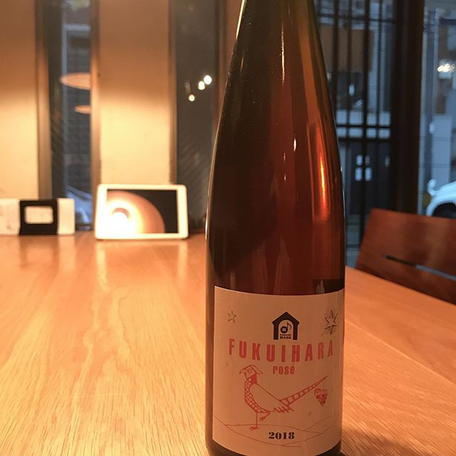 美しい色合いを持つドメーヌ長谷のロゼワイン。長野のワイン、グラスで開けてます。シャルドネをメインにマスカットベリーA、ピノ・ノワール、ツヴァイゲルトレーベを混醸したワイン。#イルフェソワフ #ワイン#日本酒 #薬院#警固#隠れ家