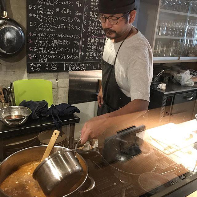 今日のマッキー!カスレの仕込みをしてます。うちのカスレは白いんげん豆のかわりに、大豆を入れています。ちょっとだけ和風?自家製のソーセージを入れて完成です。#イルフェソワフ #ワイン#日本酒 #薬院#警固#カスレ