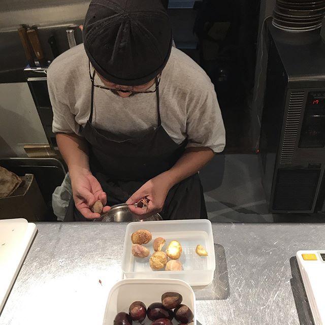 今日のマッキー!シェフマッキーは丁寧に栗をむいてます。栗はコンテチーズを載せたオーブン焼きと、栗ご飯になりますよ#イルフェソワフ #ワイン#日本酒 #薬院#警固