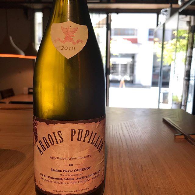 今日9/7のスペシャルグラスワインはこれで!ピエール・オヴェルノワ(ジュラ)アルボワ・ピュピラン  シャルドネ2010昨日のシャソルネイ2009もまだ少し残ってます。本日もお待ちしてます。#イルフェソワフ #ワイン#日本酒 #薬院#警固#本日お席あります