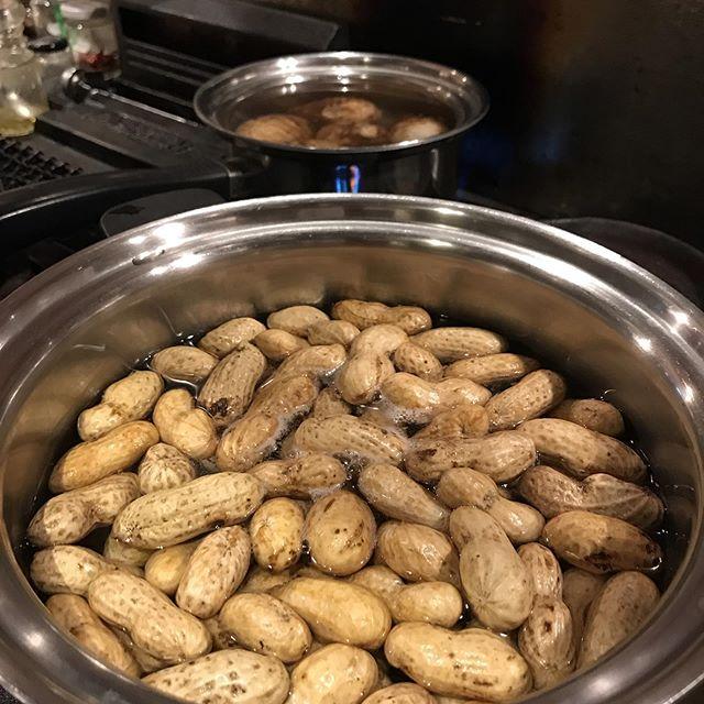 糸島産のジャンボ落花生をシンプルに塩茹でで。#イルフェソワフ #ワイン#日本酒 #薬院#警固#ジャンボ落花生