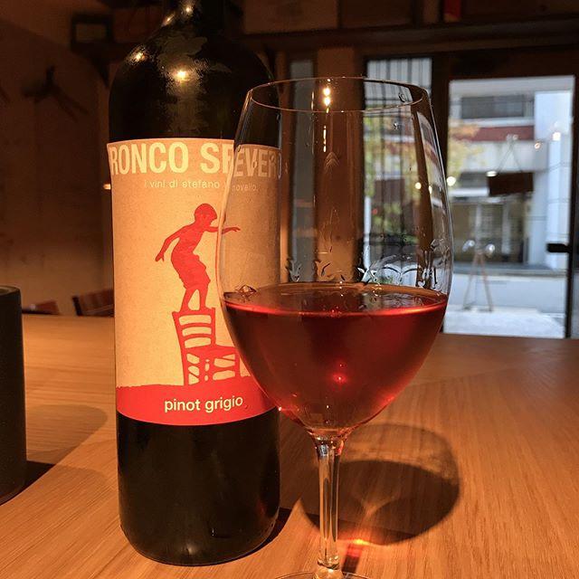 今日のグラスワインロンコ・セヴェロ  ピノ・グリージョ2016これは白ワインです!#イルフェソワフ #ワイン#日本酒 #薬院#警固#うちでは茶ワインともいう#でもオレンジワインの方が通じる