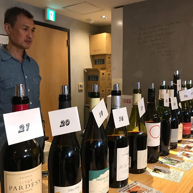 飲食店関係者向けのワインの試飲会に来てます。こんな感じでたくさんのワインを試飲して、気に入ったワインをお客様にご提案させていただいております!今日もよかワイン見つけましたよー#イルフェソワフ #ワイン#日本酒 #薬院#警固#試飲会