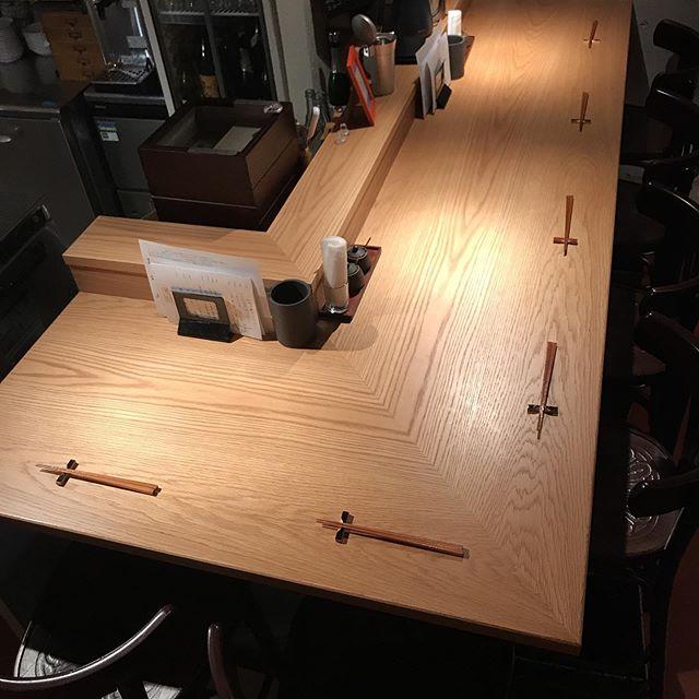当店のカウンターの角、L字の部分は3〜4名様でもひろびろお使いいただける設計です。ご検討いただければ幸いです!本日もよろしくお願いします!#イルフェソワフ #ワイン#日本酒 #薬院#警固#ボージョレヌーヴォー