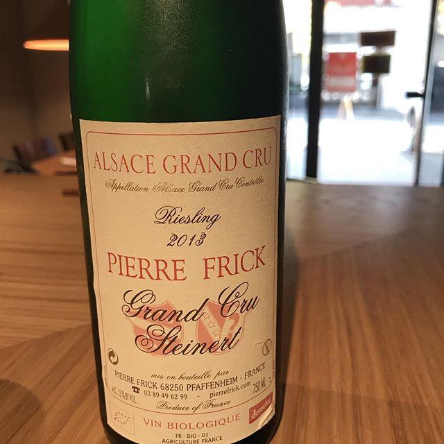 今日11/1はグラスでこれ開けてます。ピエール・フリック(フランス@アルザス)リースリング  アルザス・グランクリュ2013リースリングらしいねっとりとオイリーなペトロール香と豊かな果実味と、まだまだフレッシュな酸味が心地いいです。ピエールフリックは、私が自然派ワインの飲み始めの頃にはまっていた思い入れのある造り手なんです。久しぶりに開けましたが旨さ健在ですねー本日カウンター空いています。よろしくお願いします!#イルフェソワフ #ワイン#日本酒 #薬院#警固#ピノブランにはまっていた