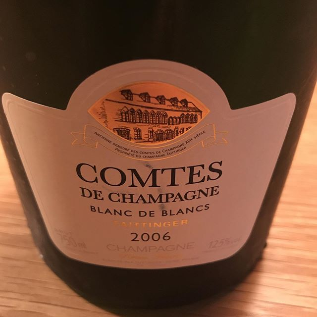 お客様に貴重なシャンパーニュを呑ませていただきました!2006だけど泡もイキイキしててまだまだポテンシャルを感じるワインでした。Kさんどうもありがとうございました。感謝!テタンジェ コント・シャンパーニュ ブラン・ド・ブラン ブリュット ミレジム2006#イルフェソワフ #ワイン#日本酒 #薬院#警固#自分じゃ飲めない〜