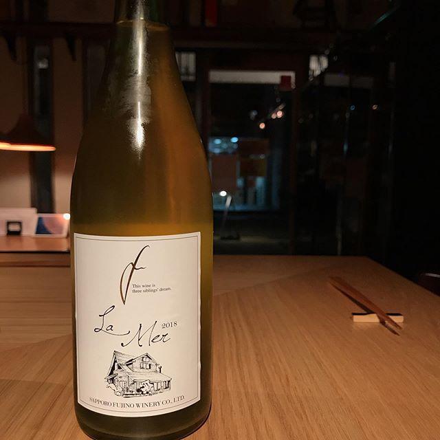 今日11/25はグラスで北海道の日本ワイン開けてます。さっぽろ藤野ワイナリー「ラ・メール2018」爽やかなりマスカットやグレープフルーツのような香りが癒されますよー週明けはゆっくりしてます。#イルフェソワフ #ワイン#日本酒 #薬院#警固#さっぽろ藤野ワイナリー
