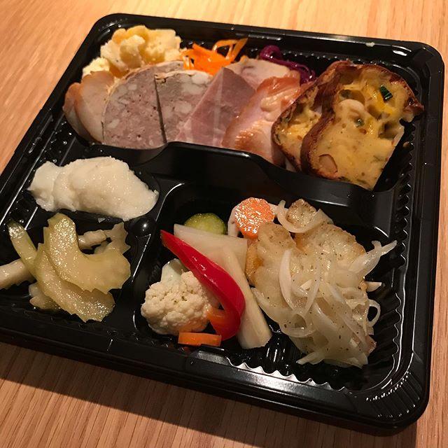 今日4/3から始めたテイクアウト!(席の間隔を開けて通常営業もしています^_^;) 1、「本日の前菜盛り合わせ 1350円(税込)」 今日の一例パテドカンパーニュ、ロースハム、ささみのスモーク、鶏胸肉の味噌漬け、ポテトサラダ、キャロットラペ、紫キャベツのマリネ、菜の花の辛子醤油和えケークサレ(コウイカとワケギ)新玉ねぎのムースセロリの和風マリネ野菜のピクルスチヌのエスカベッシュ内容は仕込みによって変わります。2、「自然派野菜の元気サラダ 460円(税込)」 岩崎さん(雲仙)のキャベツ、大庭さん(須恵町)のベビーリーフ、佐伯さん(那珂川町)のサニーレタスとグリーンリーフなどが入った野菜盛り合わせです。生産者さんは変わることがあります。ご注文お待ちしていますねお電話にてお申し込みお願いします。受け取り時間をお知らせくださいイルフェソワフ tel 713-4550来週からは営業時間も変える予定です