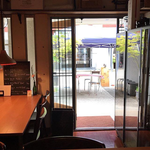 本日5/17のテイクアウトメニュー店内営業も時短および席の間隔を空けて再開してます。外飲みも気持ち良さげですよー今日は15時から21時まで(店内営業、テイクアウトとも)炭火焼きは16時からです。 ※ワインのボトルお持ち帰り販売もできます。2200円〜ー炭火焼きー・博多一番鶏のモモ肉と焼き野菜 1350円・唐津産豚肩ロースと焼き野菜 1760円・本日の鮮魚(イサキ)と焼き野菜 1760円・手羽先のスモーク 1本 250円ーその他ー・前菜のいろいろ盛り合わせ 1350円・大庭さん(須恵町)の気合の入った野菜サラダ 460円・前菜盛り合わせ内の単品選んで2種 550円全て税込イルフェソワフ 713-4550 福岡市中央区警固1-4-7 ※炭火焼きはお時間がかかりますので、お電話にて来店時間をお知らせください。持ち帰り容器の持参大歓迎です! 20センチくらいの丸皿や角皿でOK!ワインのボトル持ち帰りもできます。いつものように相談しながら選びますねー  #イルフェソワフ #ワイン#日本酒 #薬院#警固#炭火焼き#テイクアウト福岡#おもちかえりなさい福岡#おもちかえりなさい福岡中央区#テイクアウトワイン福岡#持ち帰りワイン福岡
